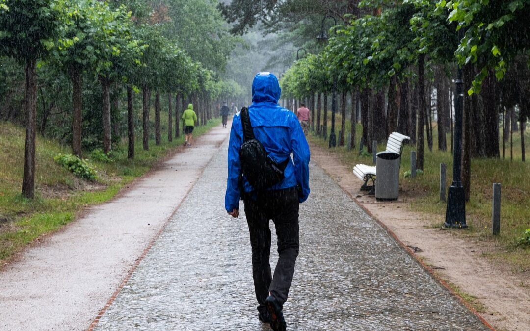 Wechselhaftes Wetter im Sommer? Kein Problem mit diesen wasserdichten Taschen und Rucksäcken!